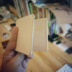 ครูขิงลองทำกระเป๋าสตางค์สำหรับคลาสเย็บมือกระเป๋าสตางค์ครับ นี่เป็นแบบหนึ่งจากในเซ็ทให้เลือก #bifold wallet for hand sewn class (1 bag of a few) แบบว่าไม่กี่ชั่วโมงเสร็จ,  ถ้าเรียบร้อยแล้วจะประกาศคลาสเย็บมือ กระเป๋าสตางค์นะครับ ปล.เพิ่งเสร็จๆร้อนๆนะฮะ /คร