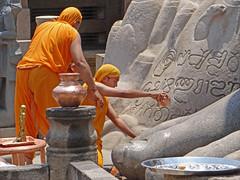 Puja au pied de Gomateshwara (Sravanabelgola, Inde)