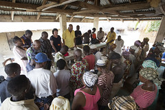 _MDB4453 (United Methodist News Service) Tags: workers locals pray group sierraleone bo inm imaginenomalaria