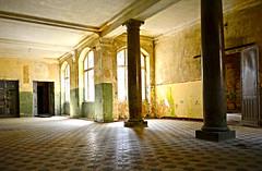 (BeastieBernd) Tags: lost golden warm place säulen iluminated beelitz suninanemptyroom nohdr keinhdr heilstätte