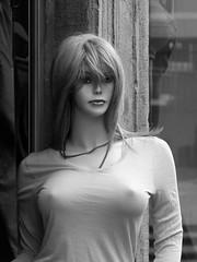 Für die Jahreszeit bleibt es weiterhin zu kalt. (acmelucky777) Tags: p1210679 schaufenster puppe puppen manikin mannequins schaufensterpuppe fotografie photography female weiblich frau girl woman candid camera public öffentlich strase street beauty people portraitaufnahmen portaits retratos ritratti