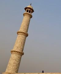 The Falling Minaret (Alex L'aventurier,) Tags: agra india inde tajmahal minaret angle sky man scale échelle homme ciel uttarpradesh architecture palais palace moghol mausolée unesco mughal