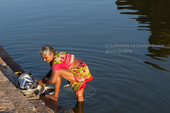 DISHES. Badami (Cathy Le Scolan-Quéré Photographies) Tags: dishes vaisselle inde india femme woman lac lake eau water washing laver sari saree rouge vert féminité