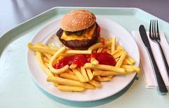 Bacon Chili Cheeseburger & Pommes Frites (JaBB) Tags: cheeseburger baconcheeseburger pommesfrites chilis jalapenos frenchfries food lunch essen nahrung nahrungsmittel mittagessen kantine betriebsrestaurant