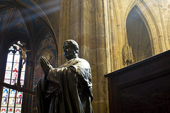 praying monument in St. Vitus Cathedral, Prague (kalakeli) Tags: kirchen churches cathedrals kathedralen prag praha prague march märz 2017 hradschin burgenviertel hradčany