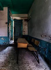 El ultimo de la fila (Perurena) Tags: pupitre asiento chair casa escuela school abandono decay puerta luz sombra light shadow mesa table urbex urbanexplore