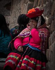 Vestit dona Ollantaytambo (faltimiras) Tags: peru inca ruins cusco valle inka salinas ruinas valley sagrada moray pisac maras incas inkas ruines ollantaytambo vall salines urumbamba inques
