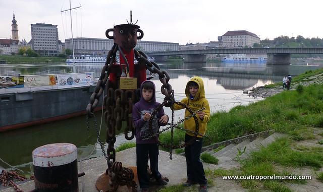 Escultura hecha con cadenas y piezas de caldereria en la orilla del Danubio. Muy curiosa