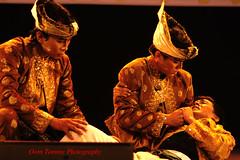 your wife has been kidnapped (tomzcafe) Tags: singapore esplanade ramayana dancefestival 400d takumar20035 malaysiainterpretation