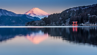 水面に映った赤富士