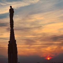 #sunset #sunsetlovers #atardecer en #milano #duomodimilano #milan #italy #italia (andréscampañas.) Tags: duomo italy italia milano milán atardecer nikon sunset squareformat skyline