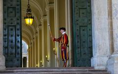 The sentinel (Roma) (Iñaki San Pedro) Tags: vaticano sentinel guardia centinela italia italy roma