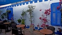 DSC01742 (dreptacz) Tags: kreta krzesła stolik mur okna okiennice okucie niebieski biały kwiaty sony55v slt55 lustrzanka wyspa europa