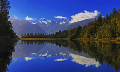 Lake Matheson : Mt Tasman and Aoraki/Mt Cook and mirror reflections . . . (Clement Tang **bbbusy**) Tags: newzealand nature bluesky whiteclouds morning summer travel landscape waterscape lakescape reflection grandemaregroup nationalgeographic touristspot scenicsnotjustlandscapes hdr franzjosef viewofviewslookout lakematheson mttasman aorakimtcook southisland concordians closetonature mirrorimage mirrorreflection ngc npc