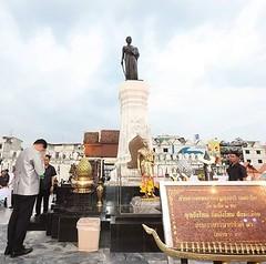 """กราบสักการะท้าวสุรนารี (ย่าโม)  ณ วันวางพานบายศรีสักการะท้าวสุรนารี ในงาน """"วันฉลองชัยชนะของท่านท้าวสุรนารี"""" ปี 2560 ณ วันที่ 23 มีนาคม 2560   เสฏฐวุฒิ ทัตสุระ ผู้จัดการทั่วไปศูนย์การค้า เซ็นทรัลพลาซา นครราชสีมา"""
