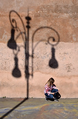 """Abat-Jour """"imperiale"""" (Maurizio Belisario) Tags: lampione lamp ombra shadow muro wall roma rome donna woman foriimperiali reader lettrice"""