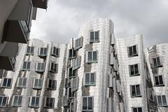 Architektur Medienhafen Düsseldorf (Tafule79) Tags: düsseldorf medienhafen architektur architekt blickwinkel farbig leuchtend farben grau spiegelung blau blick