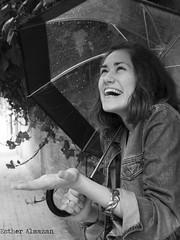 lavueltaalmundo (Esther Almazán Photography) Tags: valencia lluvia felicidad paraguas risa sonrie lavueltaalmundo