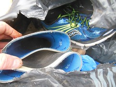 Blandade skor slängda helt i onödan! (good_on_feet) Tags: shoes boots skor environmental rubber rubbish waste recycling clan useful skräp convers stövlar avfall återvinning återbruk gummistövlar slöseri miljöbrott resuser slägt användbart