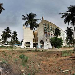 Lom - Htel de la Paix - 23-02-2014 - 7h44 (Panoramas) Tags: africa trees panorama tree abandoned de hotel la coconut togo ptassembler paix afrique cocotier cocotiers htel abandonn lom multiblend