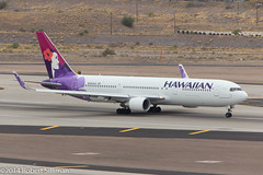 Poised for departure (rob-the-org) Tags: kphx phx skyharborinternational phoenixaz terminal4 parkingp9 hawaiianairlines boeing 767 767300 n581ha cropped noflash f80 1250sec iso200 212mm 18250mm 250 500 topoctober2017