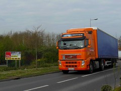 """VOLVO FH Globetrotter Semi-Remorque Tautliner """"DE BACKER"""" (F-59) (xavnco2) Tags: longueau somme picardie france camion truck trucks lorry aurocarro lkw semiremorque tautliner semitrailer curtainside volvo fh globetrotter orange panneau publicitaire pancarte agence immobilière french commercial sign publicité advertising werbung estate agency"""