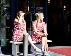 Wit met rode stippen . (Franc Le Blanc .) Tags: panasonic lumix girls seated sitting dromendoenheusdendag2017 streetphoto candid polkadots people sit