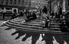 Aux marches du palais... (vedebe) Tags: noiretblanc netb nb bw monochrome urbain rue ville city paris street humain people ombre ombres marches escaliers