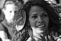 (Angela Schlafmütze) Tags: karnevalderkulturen 2013 carnevaledelleculture berlin berlino tänzerin danzatrice sole sonne festa feier sorriso lächeln fiore blume capelli haare haarlocken ricci
