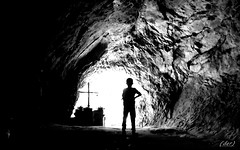___ verso la luce! ___ (erman_53fotoclik) Tags: grotta tunnel luce direzione croce fede figura profilo bambino roccia ombra buio bw bianconero mediacom bianco nero monocromo s501 erman53fotoclik altare