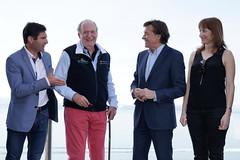 S.M. el Rey Don Juan Carlos recibe la licencia de honor de vela de manos del Secretario de Estado para el Deporte José Ramón Lete