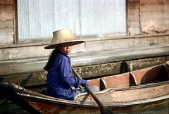 19-141 (ndpa / s. lundeen, archivist) Tags: people woman color film water girl hat 35mm thailand boat canal bangkok nick paddle canals thai oar watersedge 1970s 1972 paddling 19 youngwoman 1973 strawhat klong dewolf khlong klongs nickdewolf photographbynickdewolf khlongs reel19