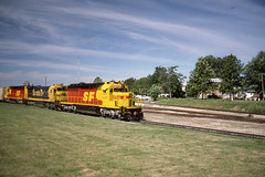 Santa Fe SD40-2 #5077 leads an eastbound freight into Marceline MO on 6/24/86 (LE_Irvin) Tags: santafe sd402 marcelinemo