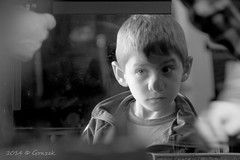 De chiquilin te miraba de afuera.... (Gonzak) Tags: boy eye face uruguay nose nikon child expo gente tango mirada pibe vidrio gettyimages nariz afuera rubio 2014 miraba ojitos chiquilin tecnologica ata d7100 gonzak useta