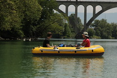 Schlauchboot ( Gummiboot ) bei der Eisenbahnbrcke Viaduc de la Jonction ( Brcke - Bridge - Pont => Baujahr 1945 => Lnge 218m ) ber die Rhne ( Fluss - River ) unterhalb von Genf im Kanton Genf - Genve in der Schweiz (chrchr_75) Tags: water juni river boot schweiz switzerland boat wasser suisse swiss rhne christoph svizzera fluss jolla canot dinghy bote rhone schlauchboot 2014 suissa 1406 jolle gummiboot sloep chrigu schlauchboote  chrchr hurni chrchr75 chriguhurni chriguhurnibluemailch gummiboote juni2014 albumrhne hurni140603 albumrhone albumschlauchbootegummibooteunterwegsinderschweiz albumrhneflussriver