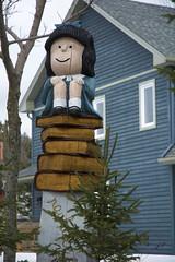 Mafalda (Bo No Bo) Tags: d7100 valdavid québec printemps spring extérieur outdoors mafalda livre book statue sculpture maison house bleu blue arbre tree sapin pine