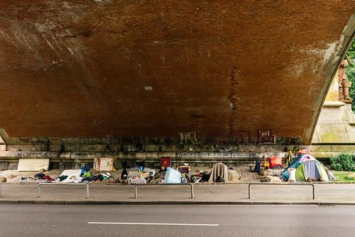 Obdachlose unter einer Brücke