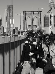 The Bridge (52er Bild) Tags: new york brooklyn bridge bw monochrom fujix10 x10 fuji newyork people urban street udosteinkamp blackandwhite brooklynbridge fujix fujifilm blackwhite