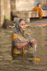 Varanasi (Rolandito.) Tags: india indien inde benares varanasi asia ganga ganges river ceremony praying woman portrait