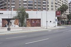 Deprisa. (elojeador) Tags: caseta carretera calzada pintada graffiti árbol pimentonero gasolinera gasolineratrino trino electricidad endesa farola edificio ventana balcón cepsa depaso maceta flecha acera bordillo carreteraderonda ysinrepostar elojeador