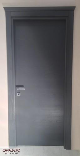 Porta Frassino spazzolato a venatura orizzontale grigio con capitello