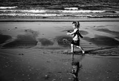 Marcher sur l'eau (arnaud patoto) Tags: sea bw mer beach water eau child sony sable nb reflet reflect walker enfant plage dragan alpha57