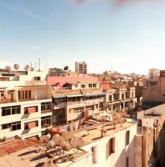 74 Casablanca (M. SCHULZ) Tags: zenza bronica s2a kodak ektar 100 120 6x6 120mm mittelformat middle medium square format rollfilm film iso analog canon 9000f afrika africa afrique marokko morocco maroc almaġrib maghreb casablanca sommer summer himmel sky city urban dach roof top balkon balcony fenster window haus house analogue