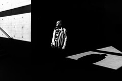 enlightened (Hendrik Lohmann) Tags: street streetphotography strase strassenfotografie people menschen urban light minimalism nikon df 1424 hendriklohmann