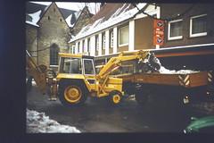 Baumaschinen helfen beim Räumdienst in der Bachstrasse. (1978) (Süßwassermatrose) Tags: diascan 1978 geseke westfalen nrw deutschland germany masseyferguson mf50b