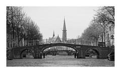LEIDEN (NL) - Lourisbrug - Herengracht (Babaou) Tags: niederlande nederland zuidholland leiden grachten kerk kirchturm kerktoren dxo sw bw nb brücken