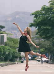 Street of the dancer (HSOBERON) Tags: bailarina ballet balletdancer balletshoes calle canon70d cute dancer endorinc fotografiacallejera girl hernansoberon hsoberon medellin norebos pastelcolors posse red shoes soberon street streetphotography suburbia