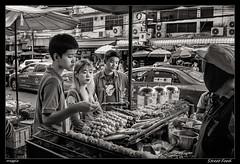 Street Food (meggiecaminos) Tags: bangkok thailand thailandia streetphotography street strada streetmarket calle mercado mercato streetfood food cibo comida pinchitos gente people hombre mujer chico joven donna woman man uomo teenager younger ragazzo taxi cars coches macchine edificios buildings palazzi urbanlandscape fotografíaurbana bw bn bianco blanco black negro nero white