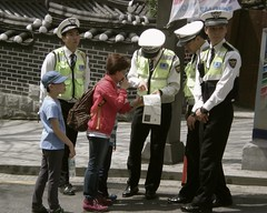 wanting direction (denamu) Tags: map police korea tourist directions helpful jeonju policemen   hanukmaul