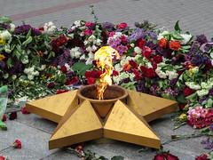IMG_2905 (www.yokayoka.ru) Tags: park fire may ukraine 2014 massgrave may9  9   eternalfire   melitopol saporischschja   9mayflowers